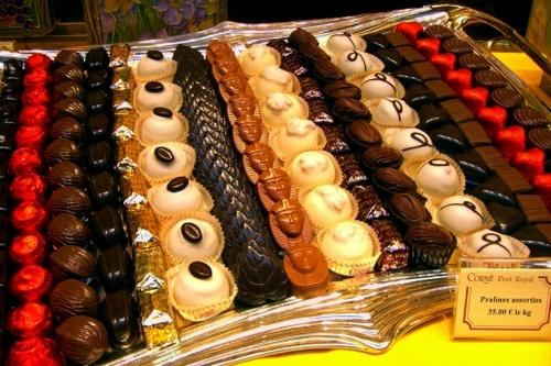 ベルギーチョコレート brussel プラリネは中に詰め物を入れた1口サイズのチョコレート。..