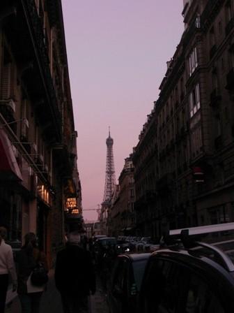街角から見えたエッフェル塔
