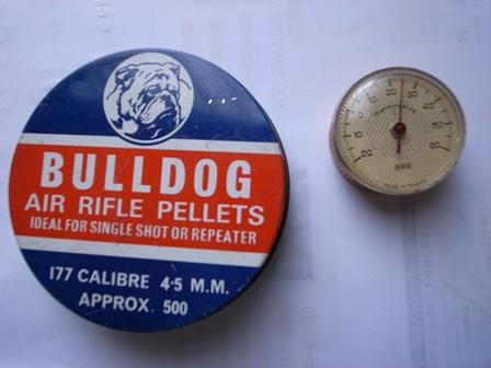 アンティーク缶と温度計